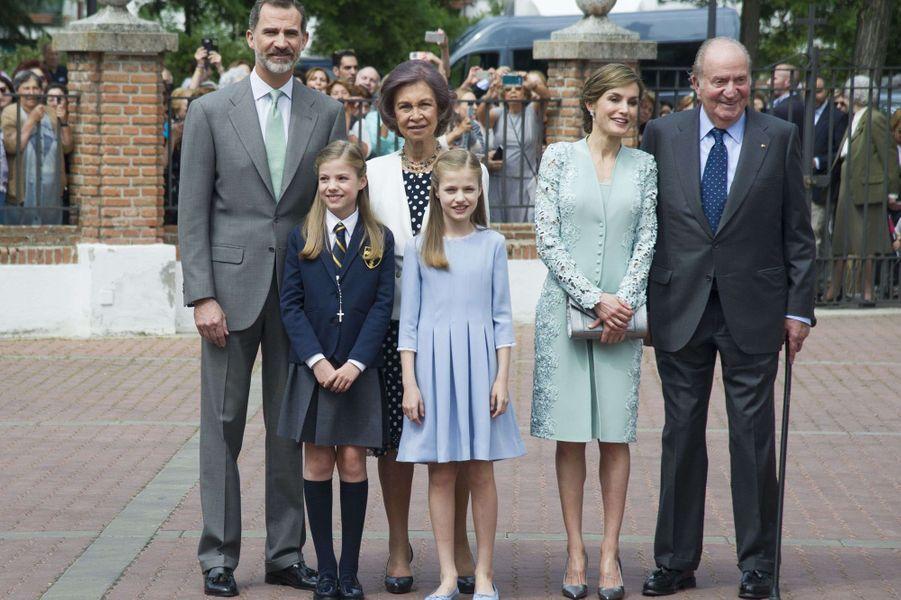 L'ex-roi Juan Carlos d'Espagne avec l'ex-reine Sofia, le roi Felipe VI, la reine Letizia et leurs filles les princesses Leonor et Sofia, le 17 mai 2017