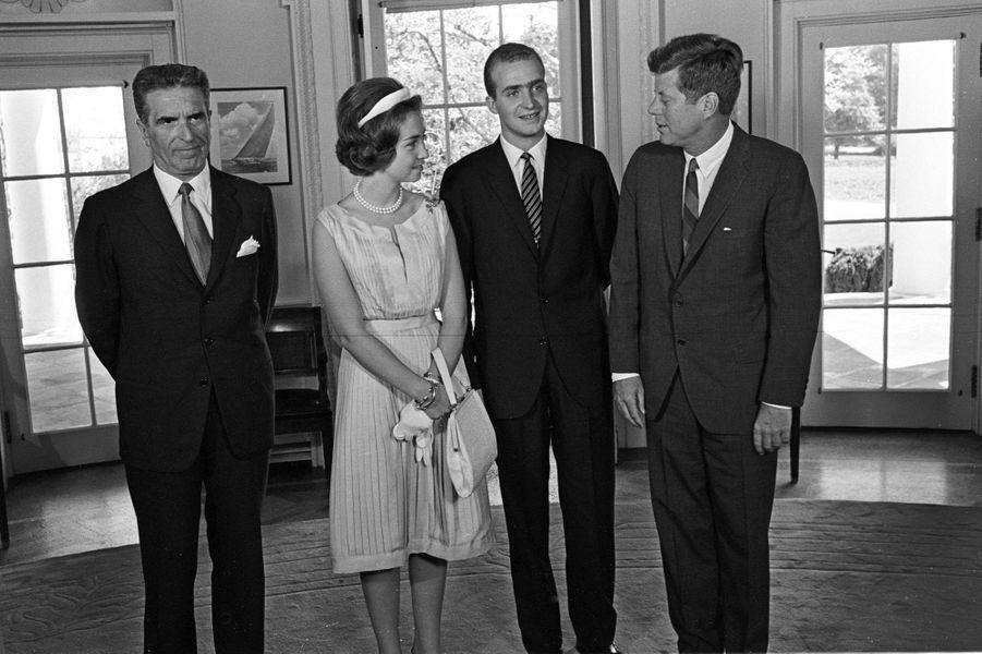 Le prince Juan Carlos d'Espagne et la princesse Sofia avecJohn Fitzgerald Kennedy et l'ambassadeur d'Espagne aux Etats-Unis, le 30 août 1962