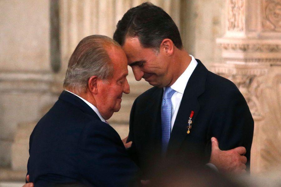 Le roi Juan Carlos Ier d'Espagne, le jour de son abdication, le 18 juin 2014, avec son fils le nouveau roi d'Espagne, Felipe VI