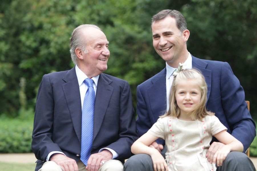 Le roi Juan Carlos Ier d'Espagne avec son fils le prince Felipe et sa petite-fille la princesse Leonor, alors 1er et 2e dans l'ordre de succession, le 26 juillet 2012