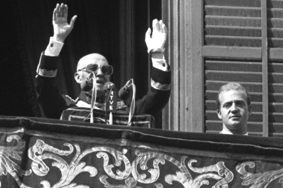 Le prince Juan Carlos d'Espagne avec le général Franco. Photo non datée