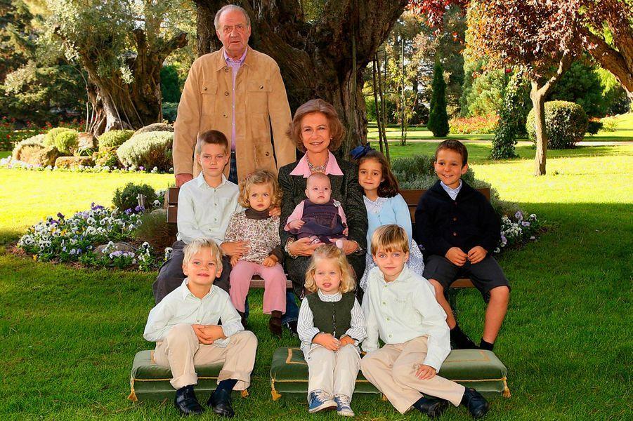 Le roi Juan Carlos Ier d'Espagne et la reine Sofia avec leurs huit petits-enfants. Photo diffusée le 14 décembre 2007