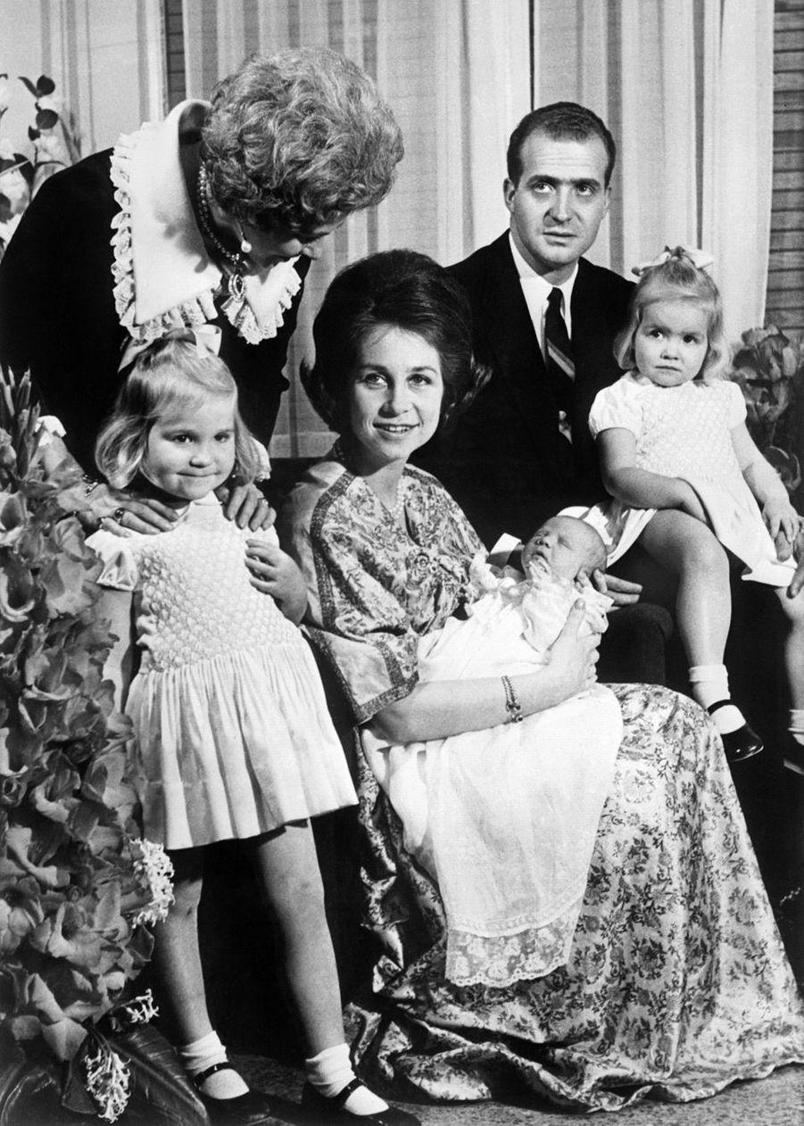 La princesse Sofia et le prince Juan Carlos d'Espagne avec leurs enfants, le 2 février 1968