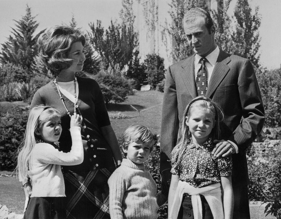 La princesse Sofia et le prince Juan Carlos d'Espagne avec leurs enfants, le 22 septembre 1972
