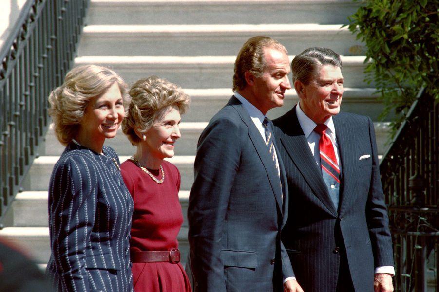 La reine Sofia et le roi Juan Carlos d'Espagne avec Nancy et Ronald Reagan, le 25 septembre 1987
