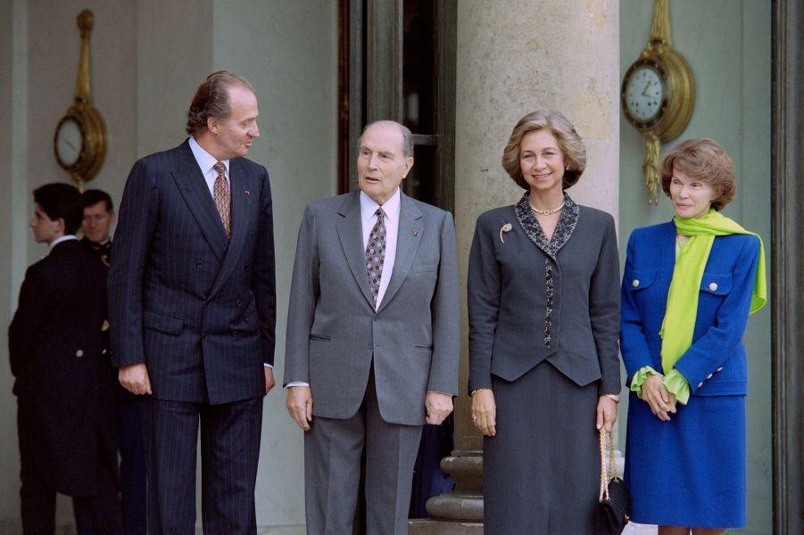 La reine Sofia et le roi Juan Carlos d'Espagne avec Danielle et François Mitterrand, le 7 octobre 1993