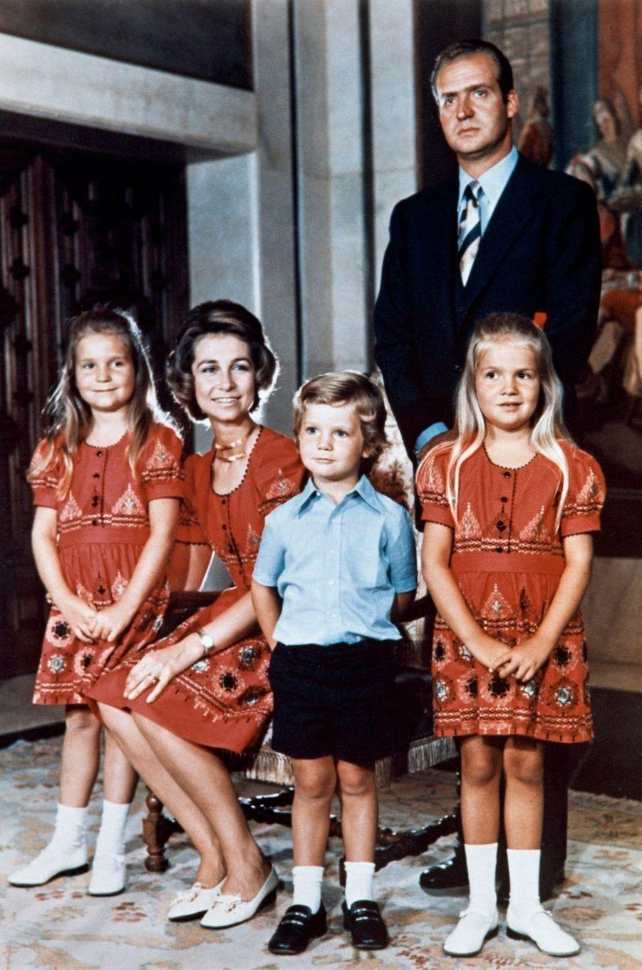 La princesse Sofia et le prince Juan Carlos d'Espagne avec leurs enfants, en octobre 1973