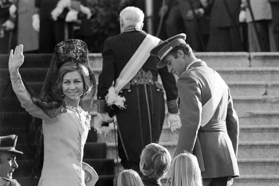 La reine Sofia avec le roi Juan Carlos d'Espagne, le jour de son intronisation, le 22 novembre 1975