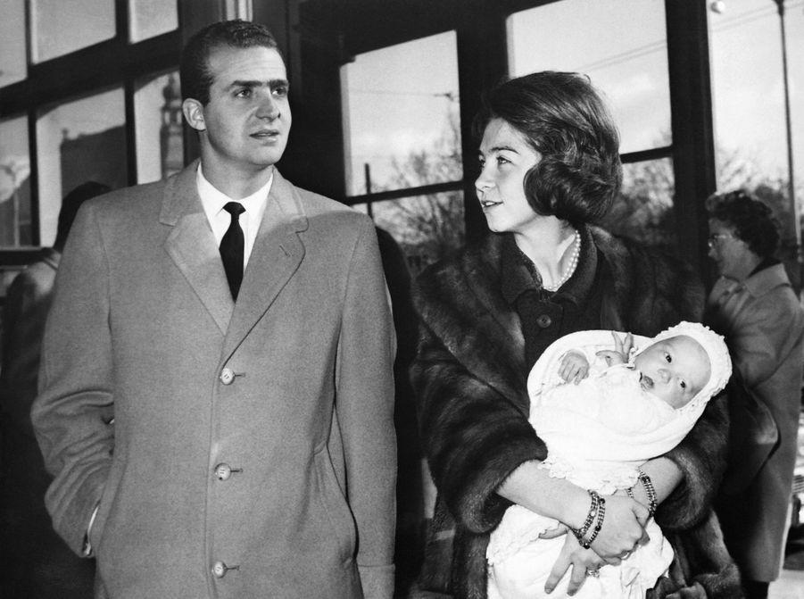 La princesse Sofia et le prince Juan Carlos d'Espagne avec la princesse Elena, en février 1964