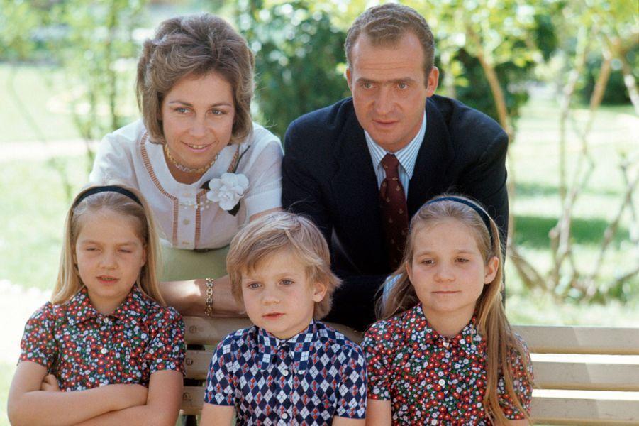 La princesse Sofia et le prince Juan Carlos d'Espagne avec leurs enfants, en août 1973