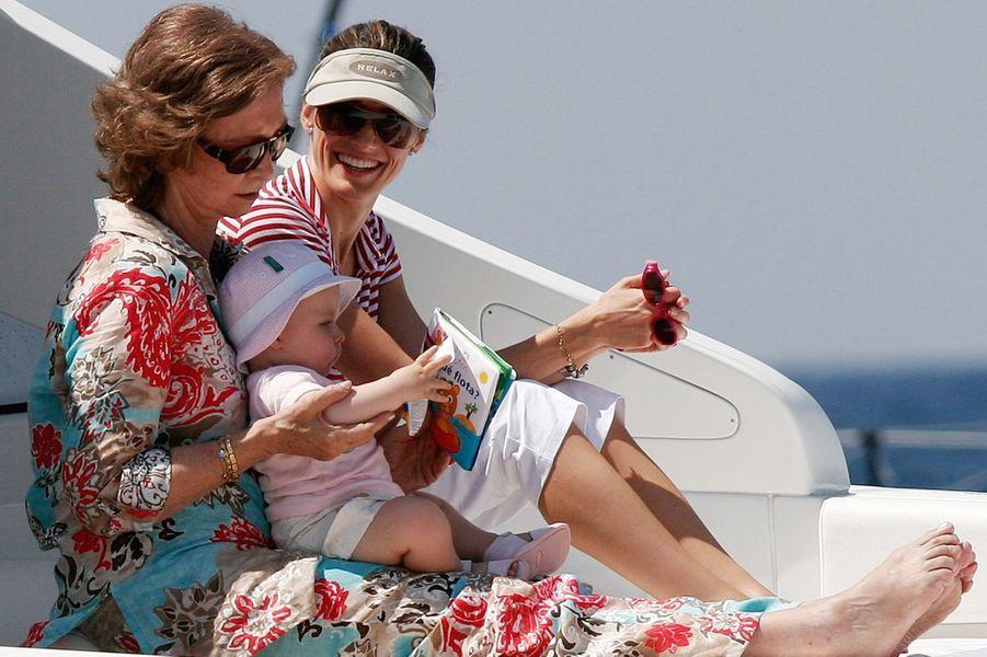 La reine Sofia d'Espagne avec les princesses Letizia et Leonor, le 22 juillet 2006