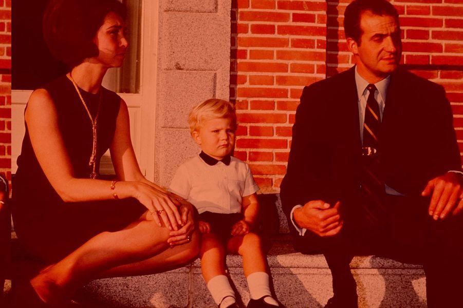 La princesse Sofia et le prince Juan Carlos d'Espagne avec leur fils le prince Felipe, le 18 décembre 1969