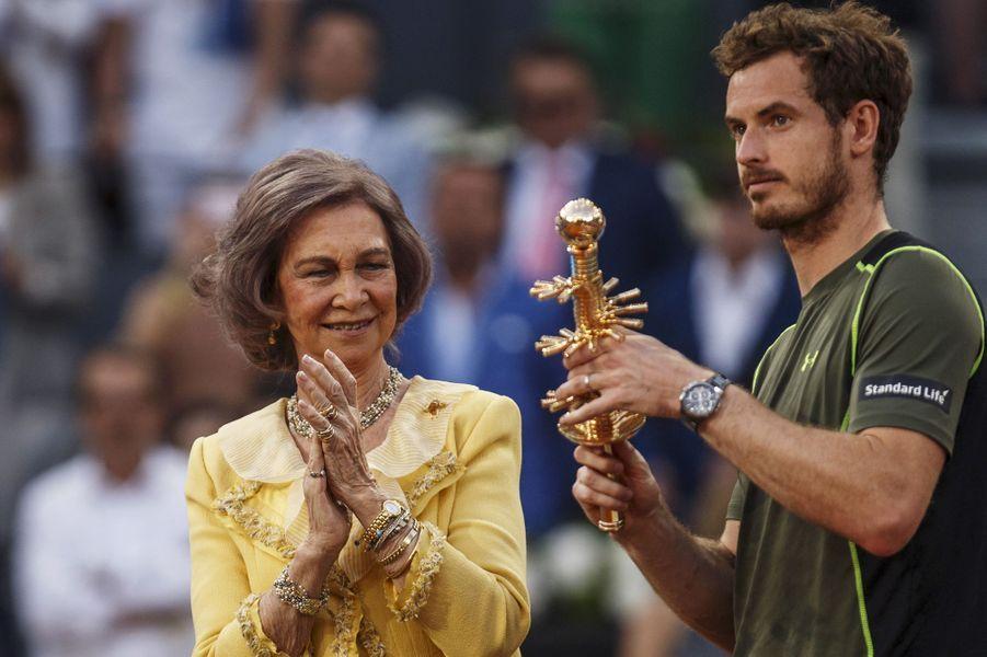 L'ex-reine Sofia d'Espagne remet le trophée des Masters de Madrid à Andy Murray, le 10 mai 2015