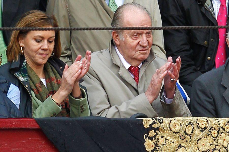 L'ex-roi d'Espagne Juan Carlos avec María Dolores de Cospedal à la corrida de Brihuega, le 11 avril 2015