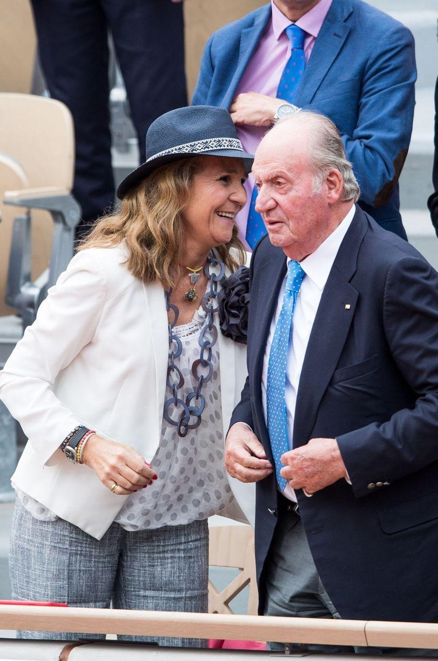 L'ex-roi Juan Carlos d'Espagne et sa fille aînée l'infante Elena à la finale de Roland-Garros à Paris, le 9 juin 2019