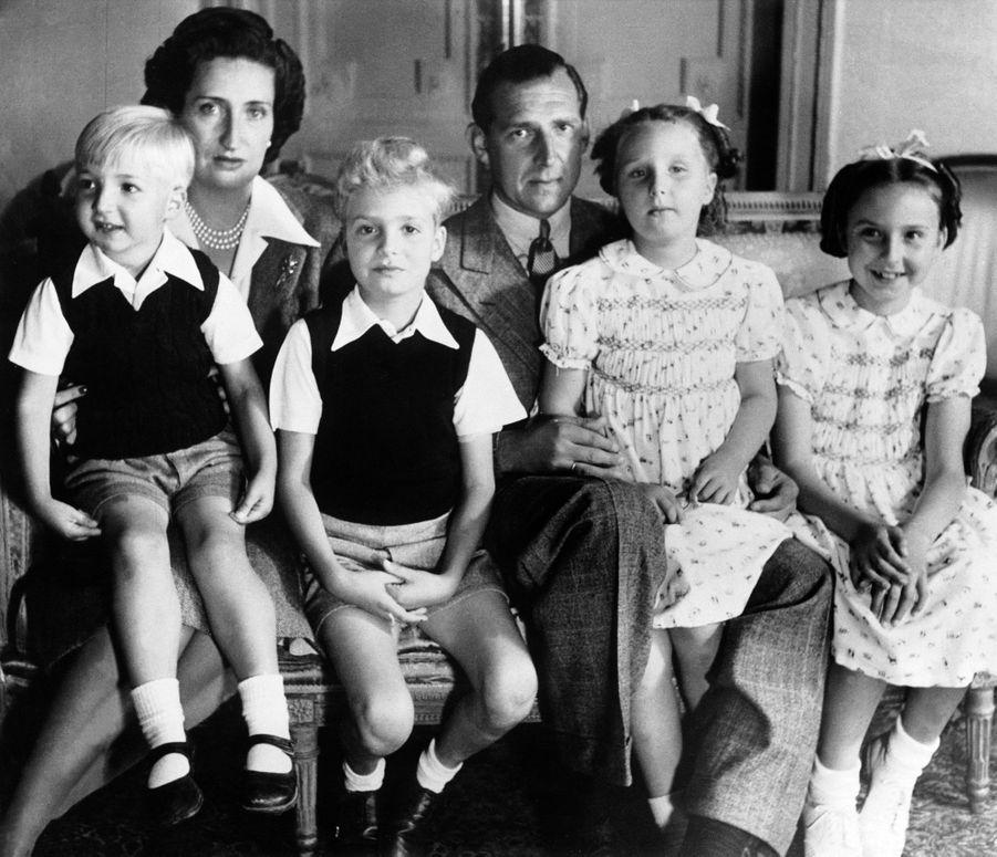 L'infante Margarita d'Espagne (sur les genoux de son père) avec ses parents, sa soeur et ses frères vers 1946