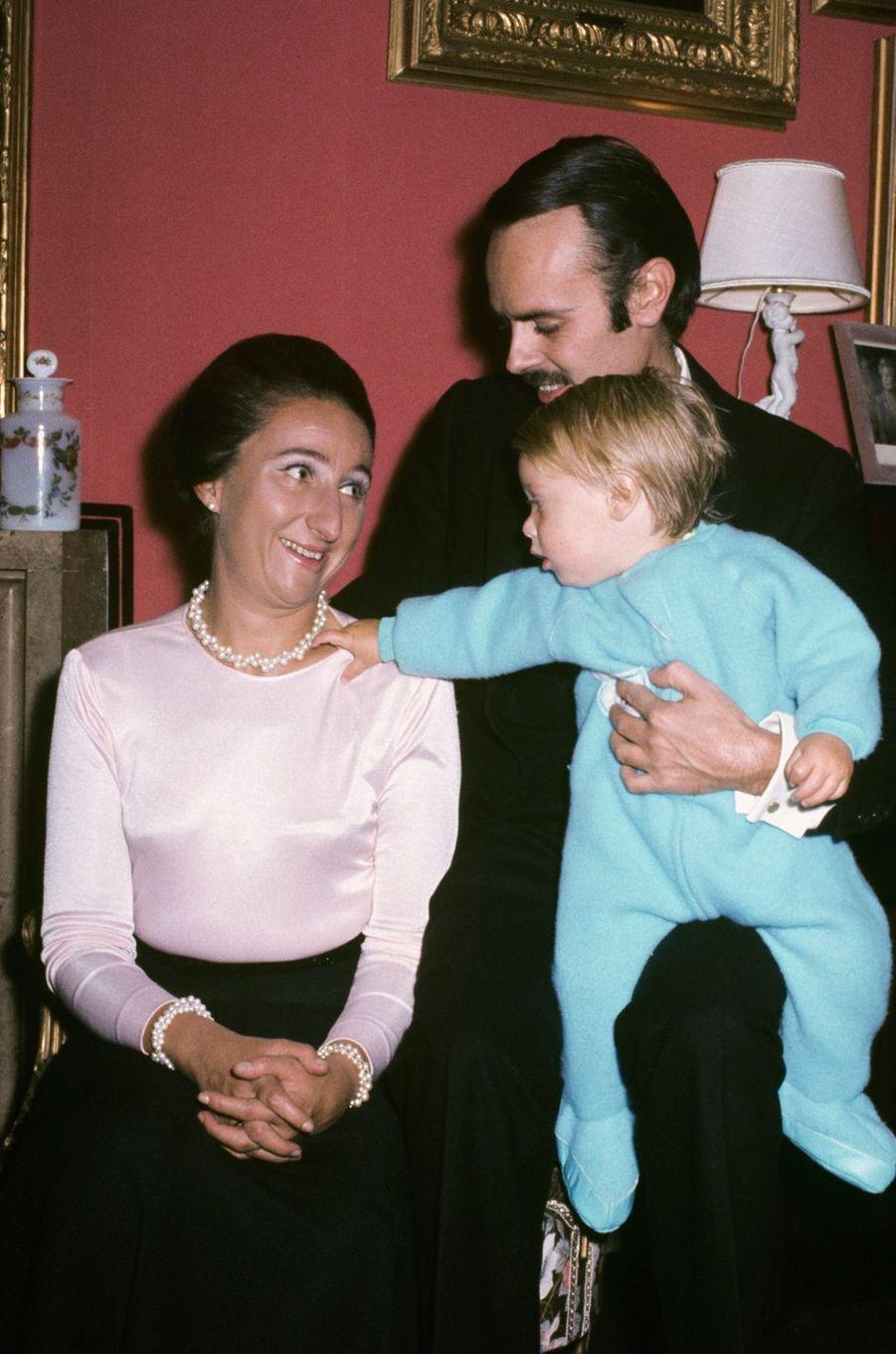 L'infante Margarita d'Espagne et Carlos Zurita avec leur fils Alfonso, en 1974