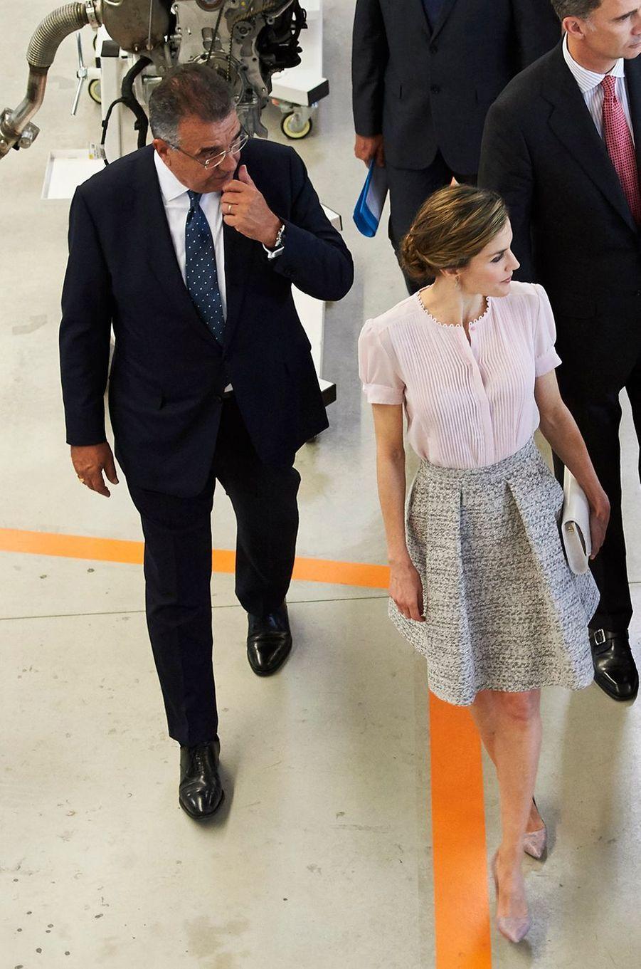 La reine Letizia et le roi Felipe VI d'Espagne dans l'usine Volkswagen de Pampelune, le 29 juin 2016