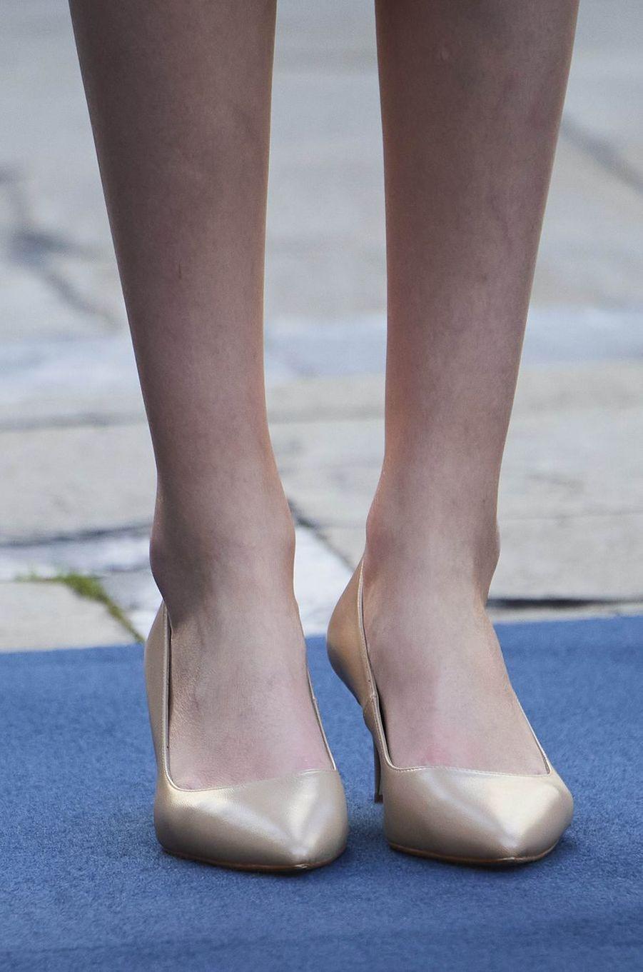 Les chaussures dorées à talons de la princesse Leonor d'Espagne, à Oviedo le 16 octobre 2020