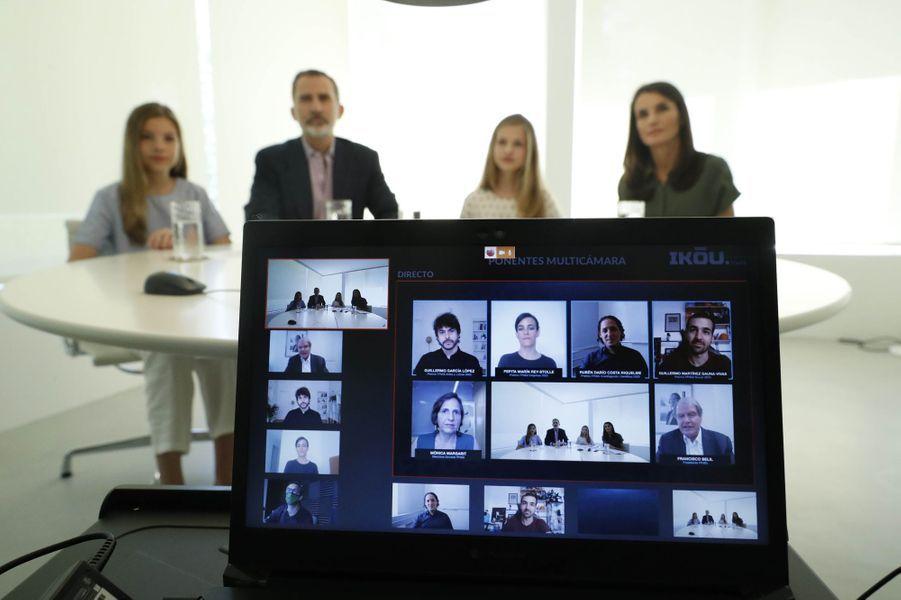 Le roi Felipe VI d'Espagne, la reine Letizia et les princesses Leonor et Sofia en vidéoconférence depuis Madrid, le 26 juin 2020