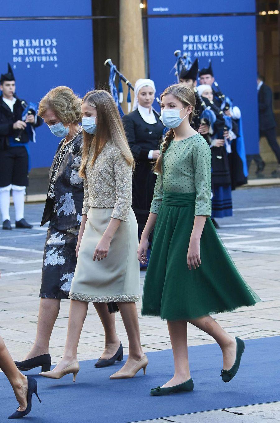 L'ex-reine Sofia et ses petites-filles la princesse des Asturies Leonor et l'infante Sofia d'Espagne à Oviedo, le 16 octobre 2020