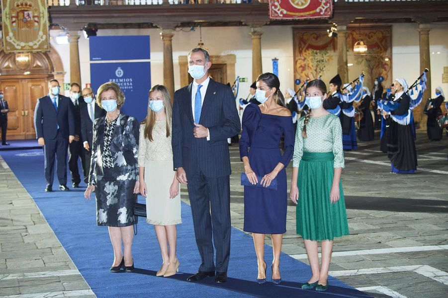L'ex-reine Sofia, la princesse Leonor, le roi Felipe VI, la reine Letizia et l'infante Sofia d'Espagne à Oviedo, le 16 octobre 2020