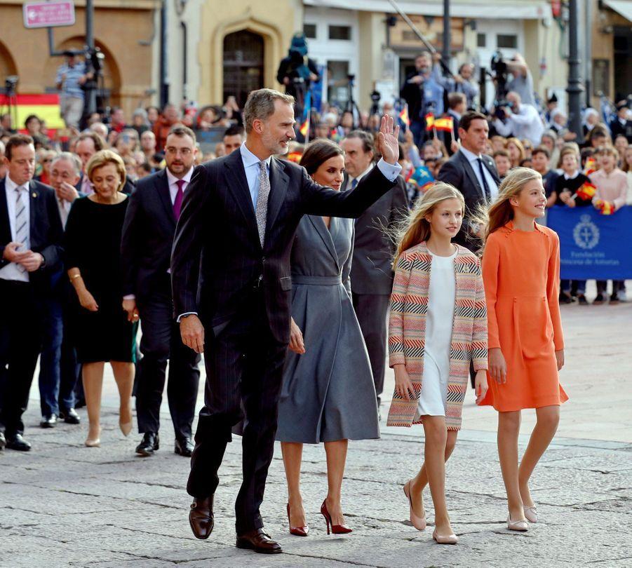 Les princesses Leonor et Sofia d'Espagne avec leurs royaux parents à Oviedo, le 17 octobre 2019
