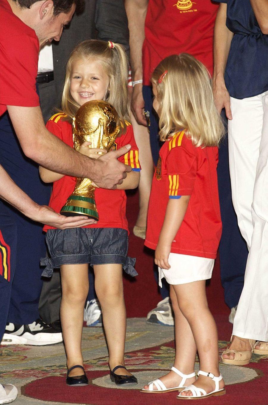 Première réception officielle pour la princesse Leonor d'Espagne et sa soeur l'infante Sofia avec l'équipe d'Espagne de Football, championne du monde, le 12 juillet 2010