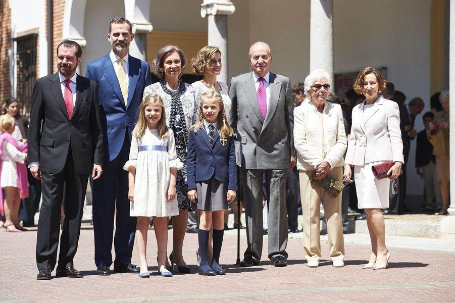 La princesse Leonor d'Espagne dans l'uniforme de son école lors de sa première communion, le 20 mai 2015