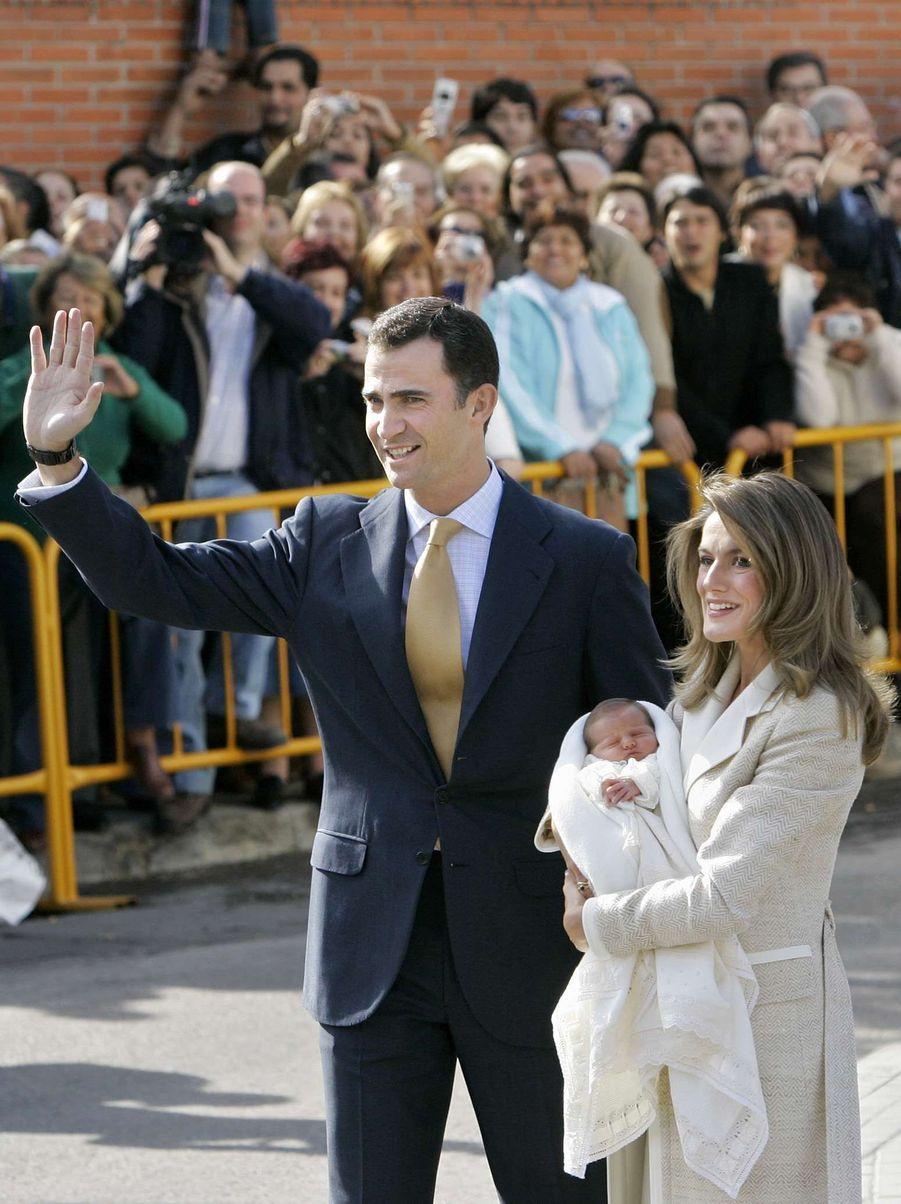 Première apparition de la princesse Leonor d'Espagne, à la sortie de la maternité, le 7 novembre 2005