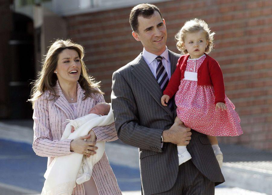 Première apparition de la princesse Leonor d'Espagne avec sa petite soeur l'infante Sofia, le 4 mai 2007