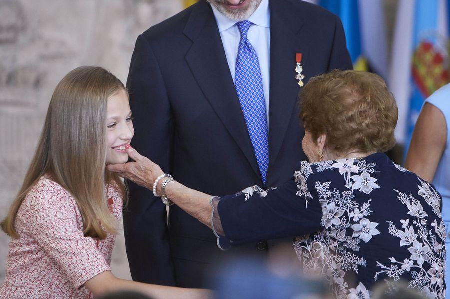 La princesse Leonor d'Espagne avec la doyenne de la cérémonie âgée de 107 ans, à Madrid le 19 juin 2019