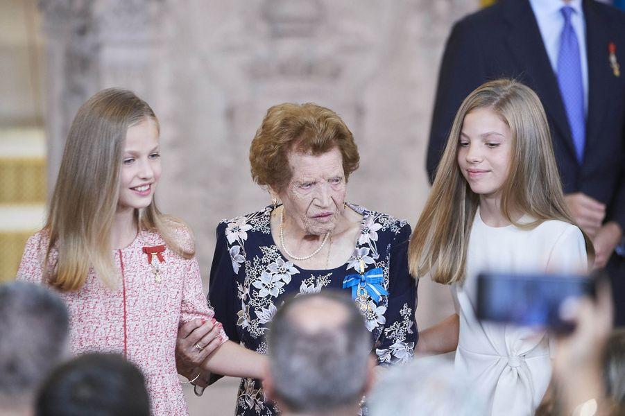 Les princesses Leonor et Sofia d'Espagne avec la doyenne de la cérémonie âgée de 107 ans, à Madrid le 19 juin 2019