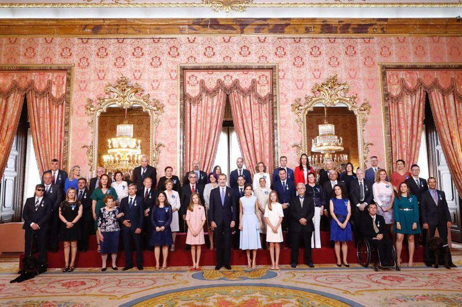La reine Letizia, le roi Felipe VI d'Espagne et les princesses Leonor et Sofia avec les nouveaux médaillés à Madrid, le 19 juin 2019