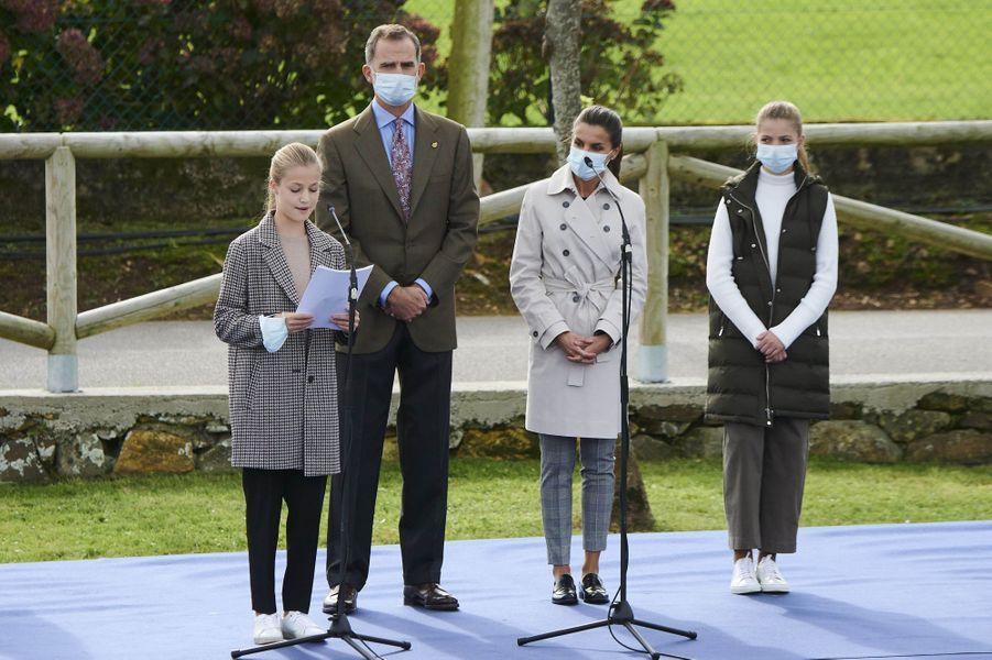 Le roi Felipe VI d'Espagne et la reine Letizia avec leurs filles les princesses Leonor et Sofia, à Somao le 17 octobre 2020