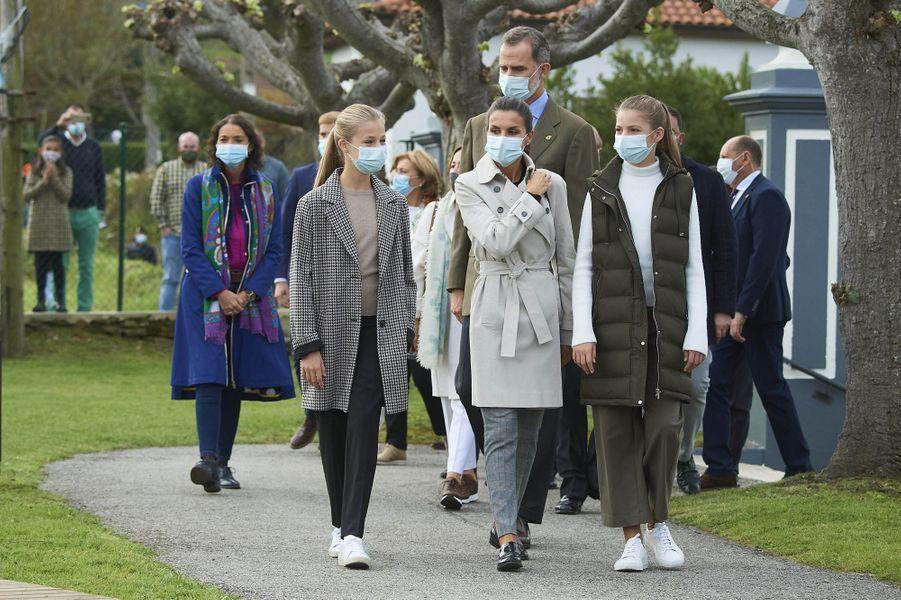 Le roi Felipe VI d'Espagne et la reine Letizia avec leurs filles les princesses Leonor et Sofia, à Somao dans les Asturies le 17 octobre 2020