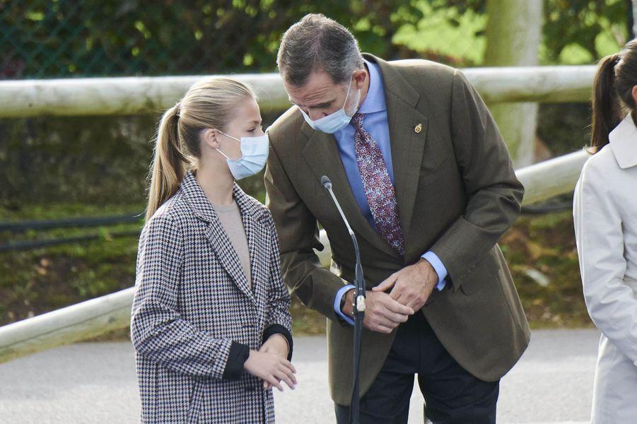 La princesse des Asturies Leonor et son père le roi Felipe VI d'Espagne, à Somao le 17 octobre 2020