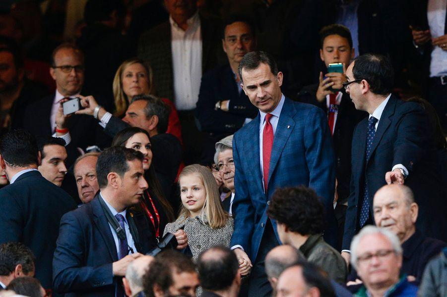 Le roi Felipe VI d'Espagne avec la princesse Leonor au stade Vicente-Calderón à Madrid, le 27 avril 2016