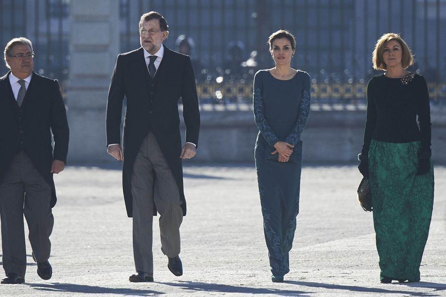 La reine Letizia et le roi Felipe VI d'Espagne avec le président du Gouvernement et la ministre de la Défense lors de la Pascua militar à Madrid, le 6 janvier 2017