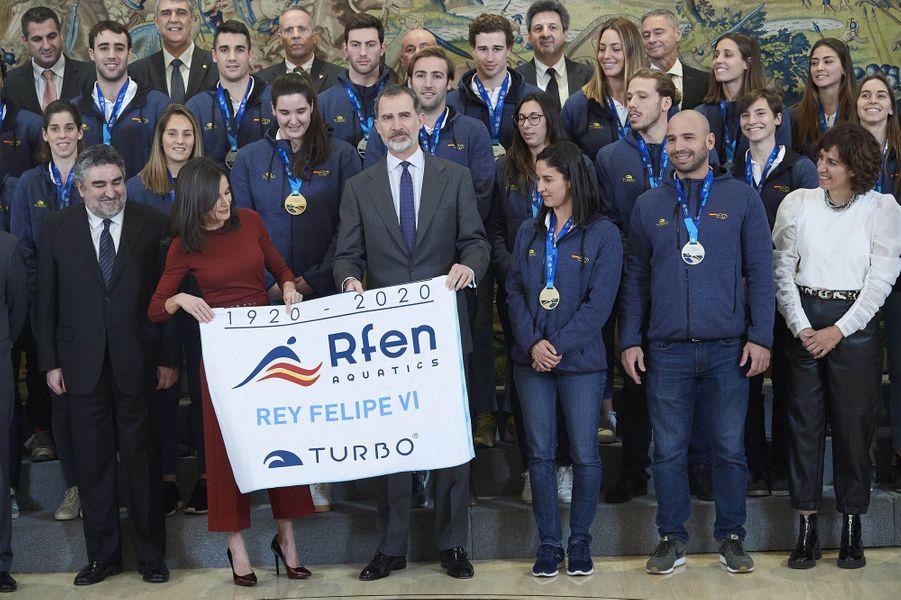 La reine Letizia et le roi Felipe VI d'Espagne avec les joueurs et joueuses de water-polo de l'équipe nationale à Madrid, le 31 janvier 2020