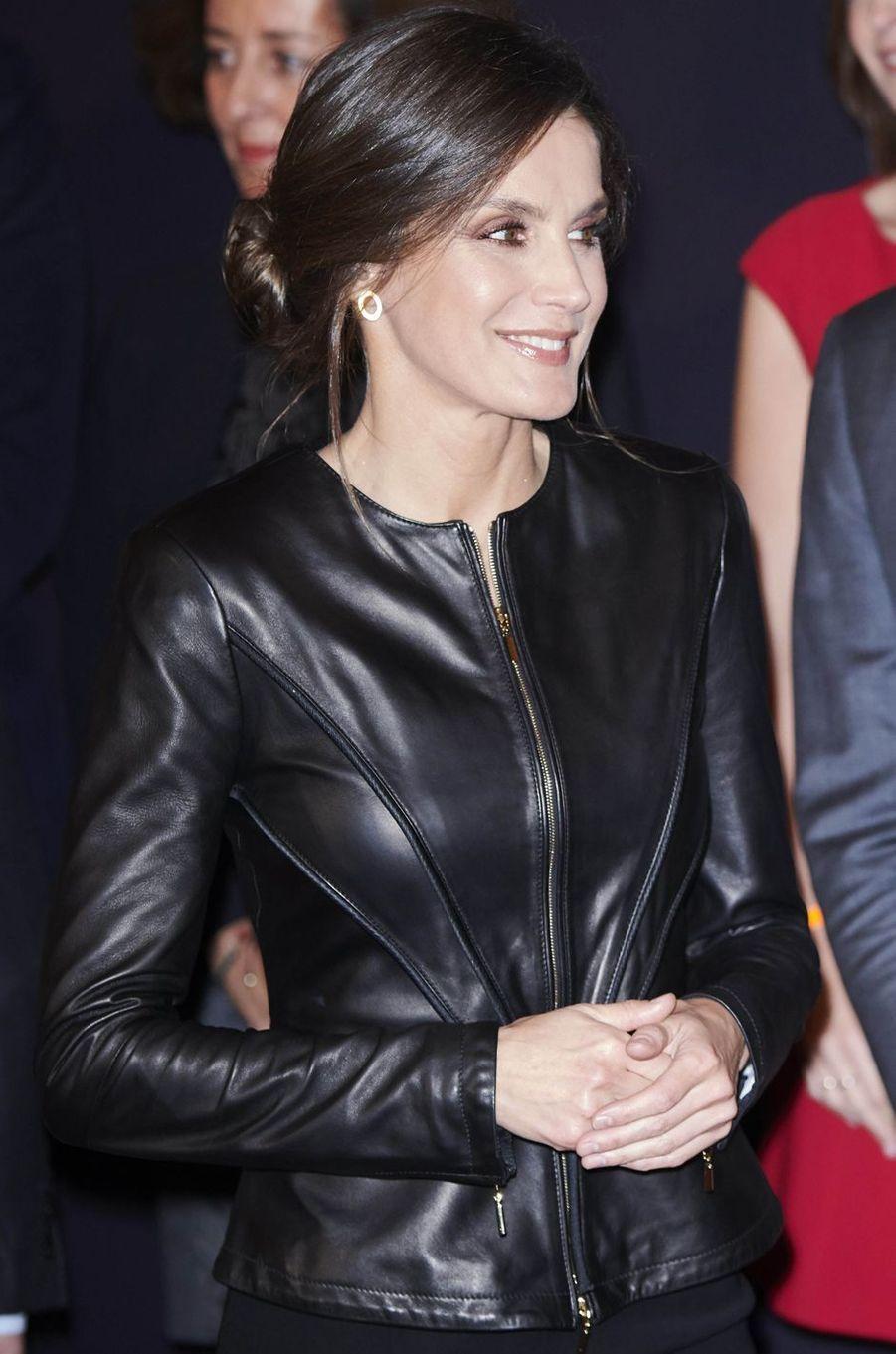 La veste de cuir Emporio Armani de la reine Letizia d'Espagne à Valladolid, le 26 octobre 2018