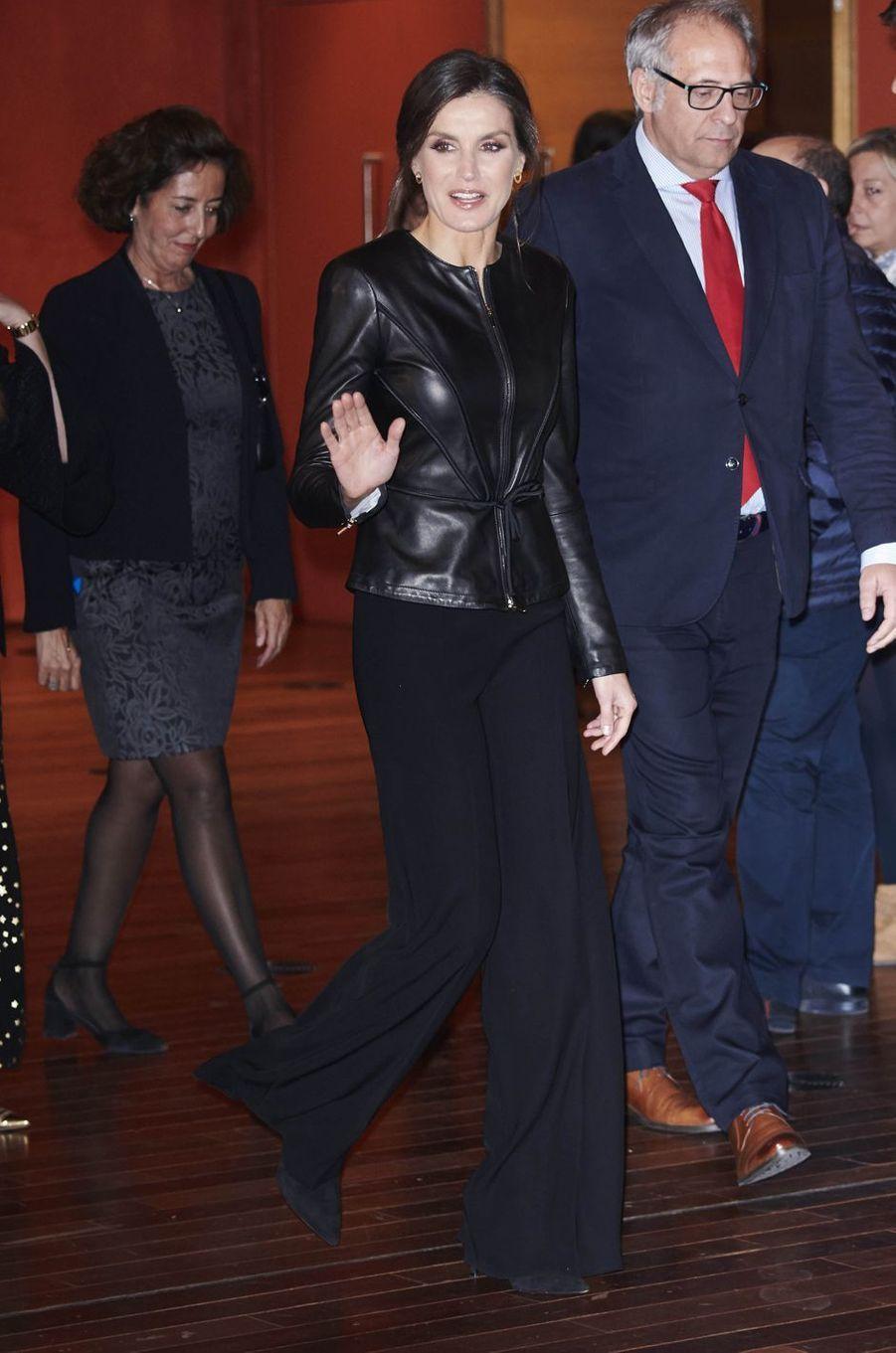 La reine Letizia d'Espagne dans une veste Emporio Armani à Valladolid, le 26 octobre 2018