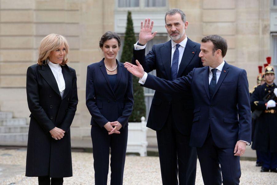 La reine Letizia d'Espagne avec le roi Felipe VI, Brigitte et Emmanuel Macron au Palais de l'Elysée à Paris, le 11 mars 2020