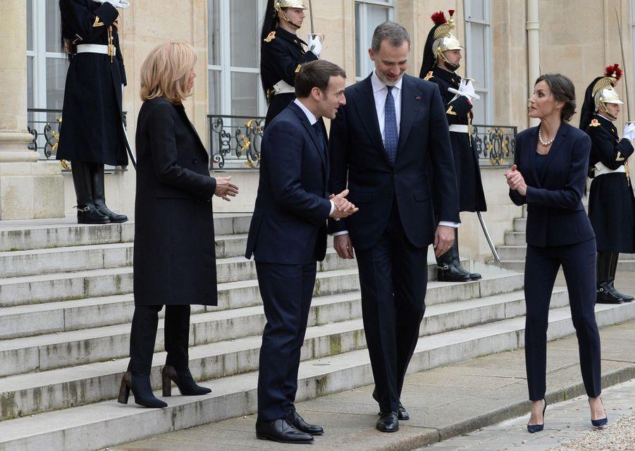 La reine Letizia d'Espagne avec le roi Felipe VI, Brigitte et Emmanuel Macron dans la cour de l'Elysée à Paris, le 11 mars 2020
