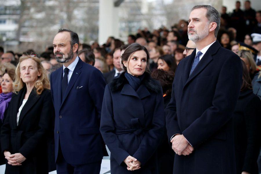 La reine Letizia et le roi Felipe VI d'Espagne avec le Premier ministre français Edouard Philippe au Trocadéro à Paris, le 11 mars 2020