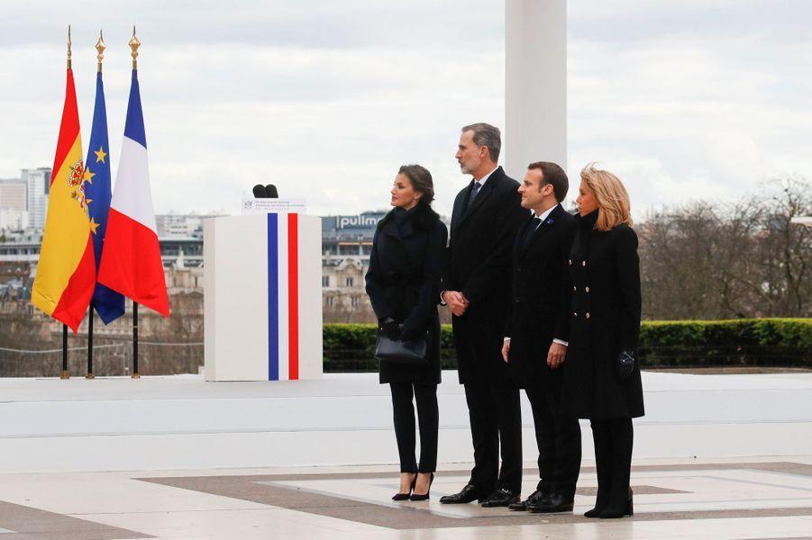 La reine Letizia et le roi Felipe VI d'Espagne avec Brigitte et Emmanuel Macron au Trocadéro à Paris, le 11 mars 2020