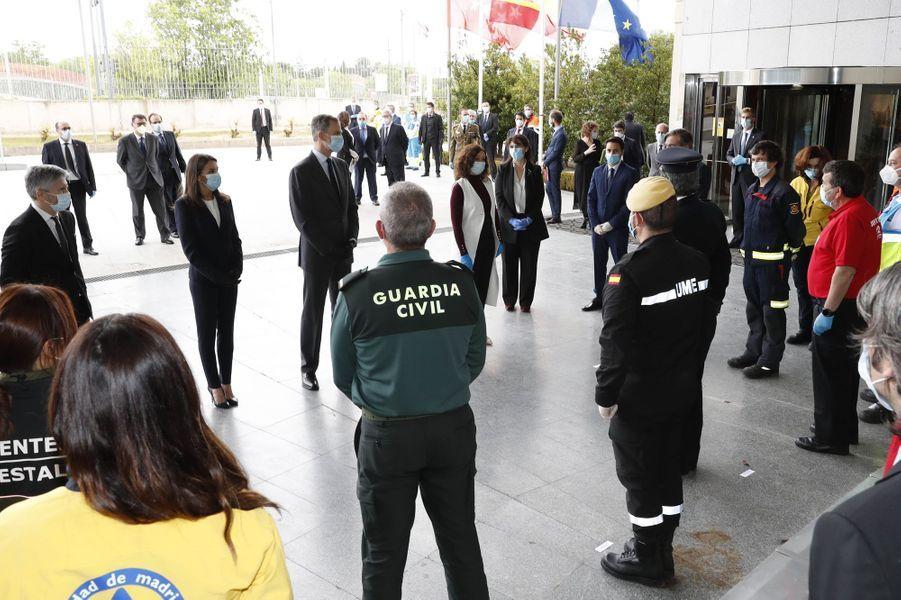 La reine Letizia et le roi Felipe VI d'Espagne, masqués et gantés, à Madrid, le 27 avril 2020