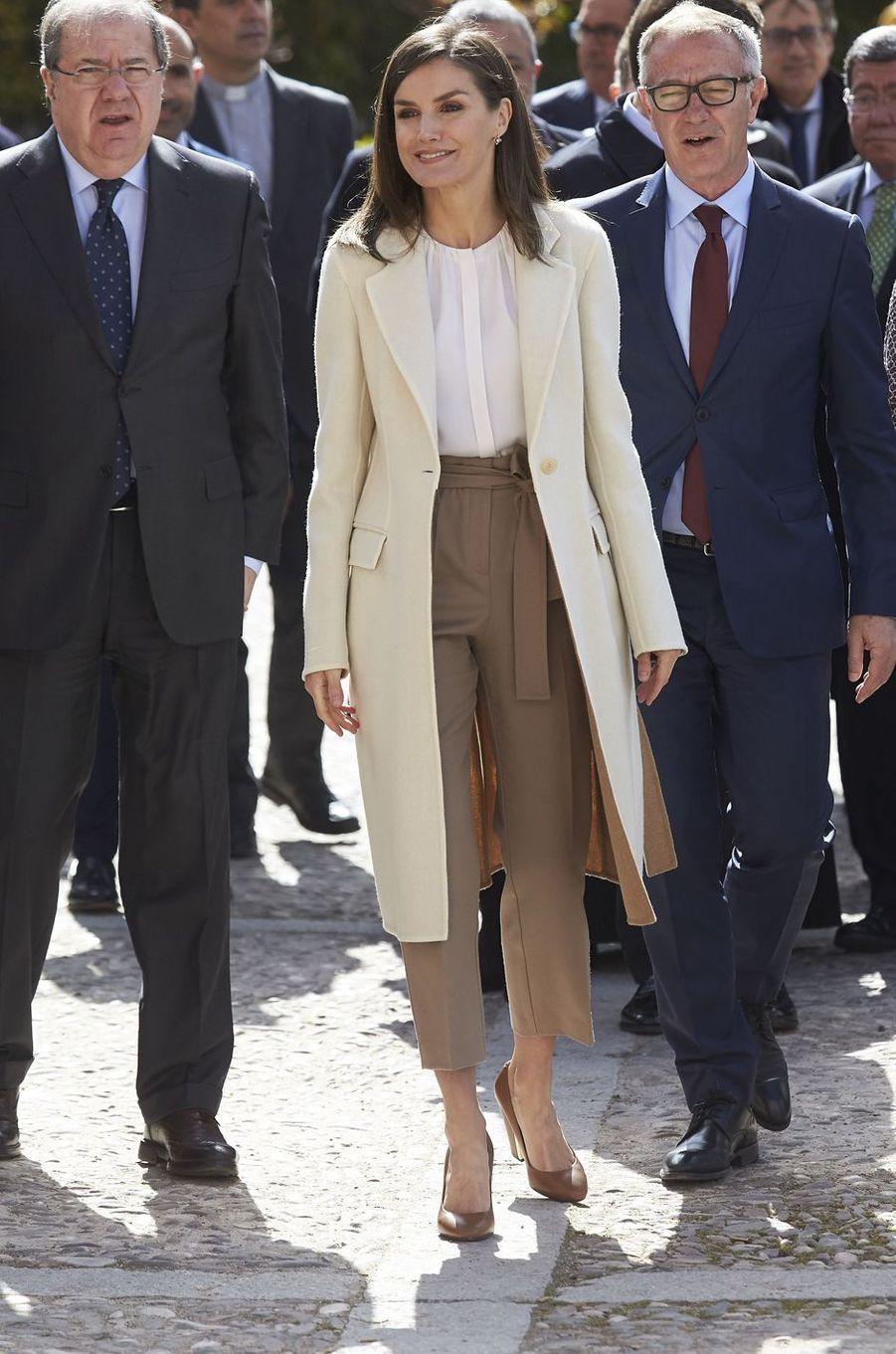 La reine Letizia d'Espagne, en beige et blanc, à Lerma le 11 avril 2019