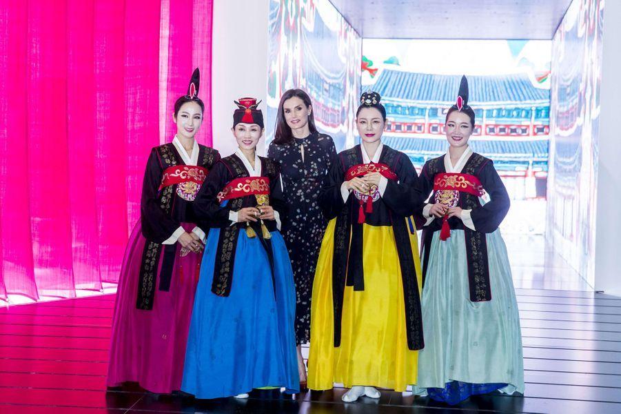 La reine Letizia d'Espagne avec des danseuses sud-coréennes à Madrid, le 22 janvier 2020
