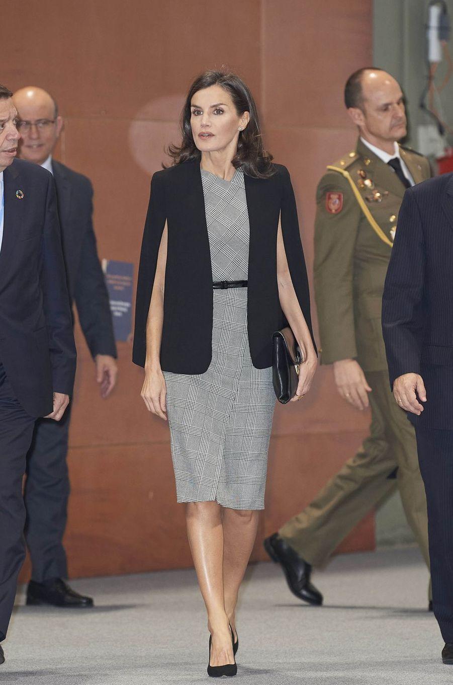 La reine Letizia d'Espagne dans une robe Hugo Boss et une veste cape Zara à Madrid, le 11 décembre 2019
